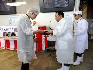2017年7月21日(金) JAみのり牛枝肉共励会 最優秀牛購買者の表彰(JAみのり・藤本常務理事)