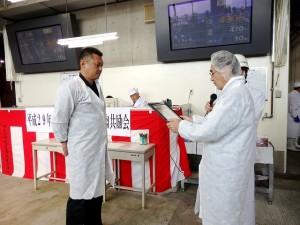 2017年8月29日(火) たじま市場管内枝肉共励会 最優秀牛購買者の表彰(JAたじま・友田代表理事専務)