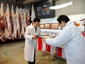 2017年12月12日(火) 黒田庄和牛婦人部枝肉共励会 名誉賞牛購買者の表彰(JAみのり・神澤代表理事組合長)