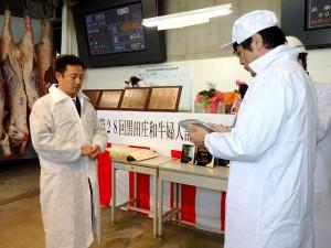 2017年12月12日(火) 黒田庄和牛婦人部枝肉共励会 名誉賞牛購買者の表彰(西脇市・片山市長)