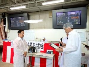 2018年7月20日(金) JAみのり牛枝肉共励会 最優秀牛購買者の表彰(JAみのり・中嶋専務理事)