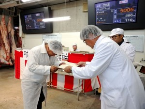 2018年8月28日(火) たじま市場管内枝肉共励会 最優秀牛購買者の表彰(JAたじま・山下常務理事)