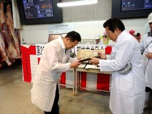 2018年12月11日(火) 黒田庄和牛婦人部枝肉共励会 名誉賞牛購買者の表彰(JAみのり・神澤代表理事組合長)