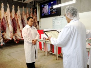 2019年8月27日(火) たじま市場管内枝肉共励会 最優秀牛購買者の表彰(JAたじま・友田専務)