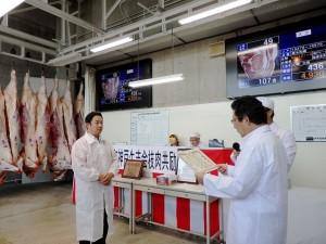 2019年9月10日(火) 令和神戸牛志会枝肉共励会 最優秀牛購買者の表彰(令和神戸牛志会・神澤会長)