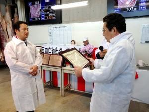 2019年11月26日(火) 黒田庄和牛婦人部枝肉共励会 名誉賞牛購買者の表彰(JAみのり・神澤代表理事組合長)