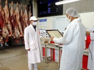 2020年8月25日(火) たじま市場管内枝肉共励会 最優秀牛出品者の表彰(JAたじま・西谷常務)