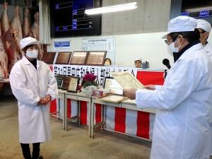 2020年12月04日(金) 黒田庄和牛婦人部枝肉共励会 名誉賞牛生産者の表彰(JAみのり・神澤代表理事組合長)