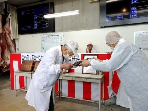 2021年6月25日(金) JA西日本くみあい飼料㈱系統出荷牛枝肉共励会 和牛の部 最優秀牛出品者の表彰(JA西日本くみあい飼料(株)神野社長)